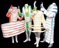 Die Köpfe unsichtbar im Kostüm versteckt verblüffen die Animateure ankommende Gäste
