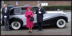 Queen Elisabeth Double mit großem Gefolge