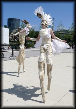 Stelzenläufer Duo in weißen Phantasiekostümen