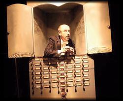Tenor Animateur singt in einer Musikbox