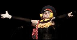 Rasante Damen Comedy in witzigen Kostümen