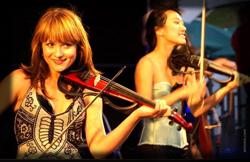 Mädchen Violinistinnen Duo flaniert inmitten des Publikums musizierend