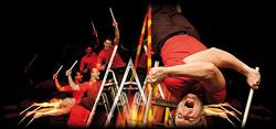 Percussionisten bieten ein rhythmisches rasantes Trommelfeuer