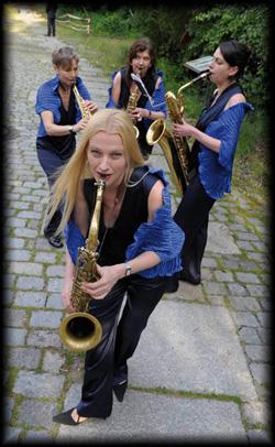 Das mobile Damen Marching Quartett mischt sich flanierend unter Ihre Gäste