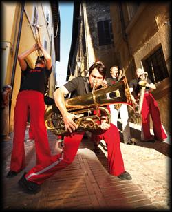 Die Flanierenden Bands von Foeldessy Entertainment flanieren akustisch und musikalisch ohne Verstärker mitten durchs Publikum