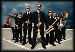 Die flanierenden Musiker swingen marschierend ins Publikum