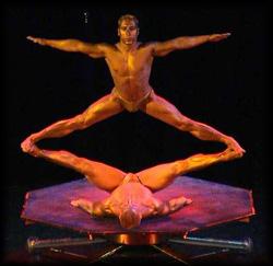 Hebeakrobaten mit vergoldeten Körpern von Foeldessy Entertainment erheben sich auf anmutigste Weise