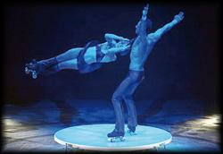 Choreografierte schnelle Hebe Akrobatik Show auf Rollschuhen