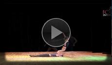 anmutige Hebeakrobatik Performance in vollendeter Körperbeherrschung