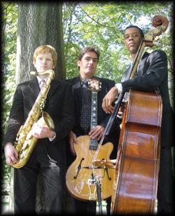 Geschmackvolle unaufdringliche Jazzmusik, dargeboten von drei Musikern der Spitzenklasse