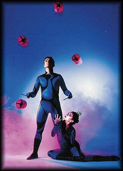 Mann und Frau jonglieren weltklassemäßig mit Diabolos