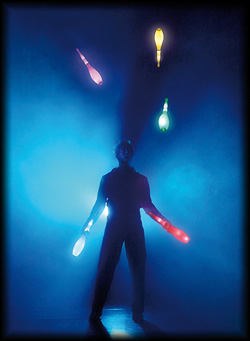 Visuelle Unterhaltung mit LED Keulen Jonglage
