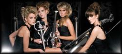 Attraktives klassisches Damenquartett in wechselnden Bühnenoutfits