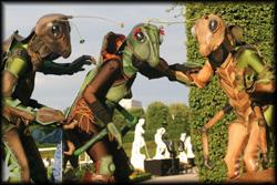 Grüne Phantasiegrashüpfer auf Stelzen
