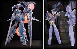 In phantastischen Kostümen empfangen diese außerirdischen Wesen auf Stelzen Kinder und Eltern