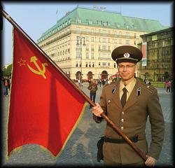 Als Volkspolizist der Sowjetrepubliken verkleidet verblüfft der Animateur die Gäste