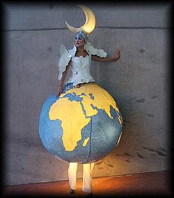 Fabelwesen in einem Kostüm aus Welt mit Mond erwartet mystisch seine Besucher