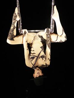 Wunderschöne Artistin performt die hohe Kunst der Luftartistik am Kronleuchter eine harmonisch kraftvolle Akrobatik auf moderne und spannungsgeladene Musik choreographiert
