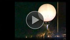 sanft schwebend nimmt die Luftartistin unter ihrem Ballon Kontakt zum Publikum auf