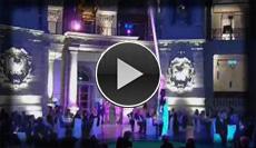 waghalsige Damen Vertikaltuch Performance im Deutschen Historischen Museum in Berlin