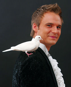 Magier zaubert Tauben, Kaninchen und seinen kleinen Hund hervor