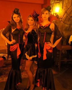 Hostessen in Vampirkostümen präsentieren sich auf der Messe