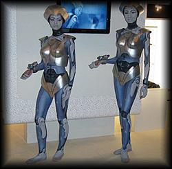 Roboter-Living-Dolls lenken stumm die Aufmerksamkeit der Besucher auf das Produkt.