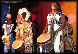 Multikulturelle afrikanische Bands mit heißen Rhythmen spielen sich mit wilden Musikmischungen in die Herzen Ihrer Gäste
