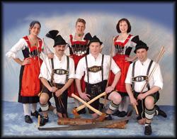 Schuhplatter Band lehrt die Gäste traditionellen bayrischen Tanz