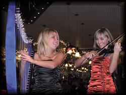 Frauenband Duo spielt auf E-Violine und E-Harfe
