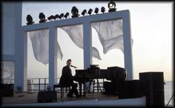 Professioneller Pianist am Flügel spielt über 1000 Songs