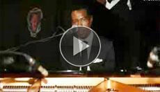 ursprünglich von Gospel, Blues und Jazz geprägt, entwickelte er seinen eigenen Stil