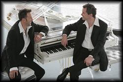 Abendfüllende Showkonzerte spielt dieses Pianisten Duo mit Gesang