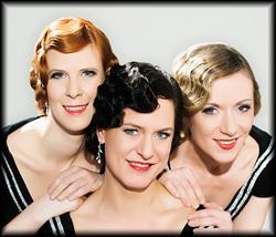 Drei fröhliche A Capella Performerinnen singen Evergreens