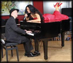 Wunderschöne rassige Sängerin mit Pianobegleitung singt Party Hits