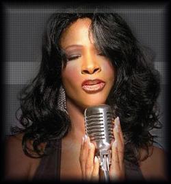Sängerin mit instrumentaler Begleitung singt Jazz und Soul
