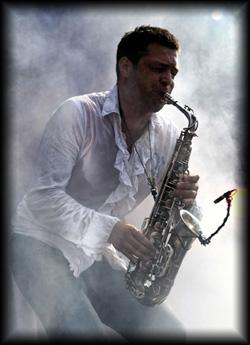 Der Solo Saxophonist begrüßt mit seiner Musik die Gäste am Einlass und unterhält sie während des Events