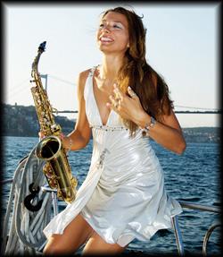Deutschlands einzige Solo Saxophonistin präsentiert das Beste aus der Musikgeschichte
