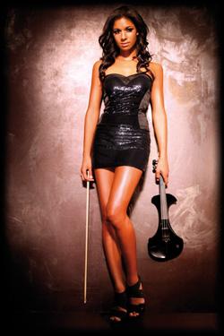 attraktive, junge Violinistin spielt klassische Musik bis zu Popmusik