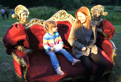 Sofa animiert Kinder und spricht mit ihnen