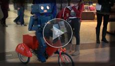 sprechender Roboter auf der Schulranzenparty in den Bahnhofspassagen in Potsdam