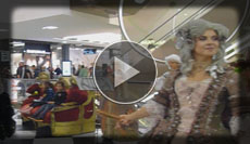 Animation mit Sprechendem Sofa, Stelzenläufern, Damen Streichquartett und barocker Gesellschaft