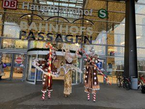 Stelzenfiguren in Weihnachtskostümen