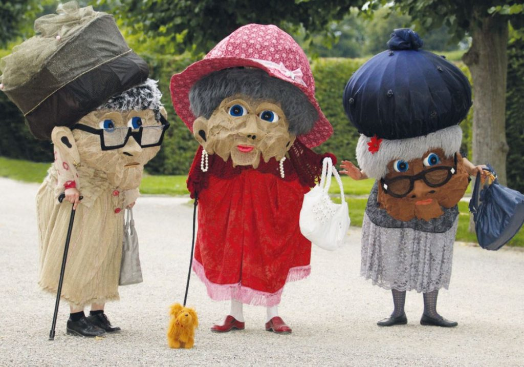 Welcome-costumes-old-family
