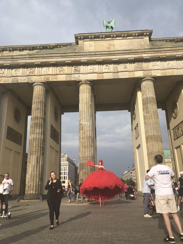 Red-Queen-on-Stilts-infront-of-the-Brandenburg-Gate