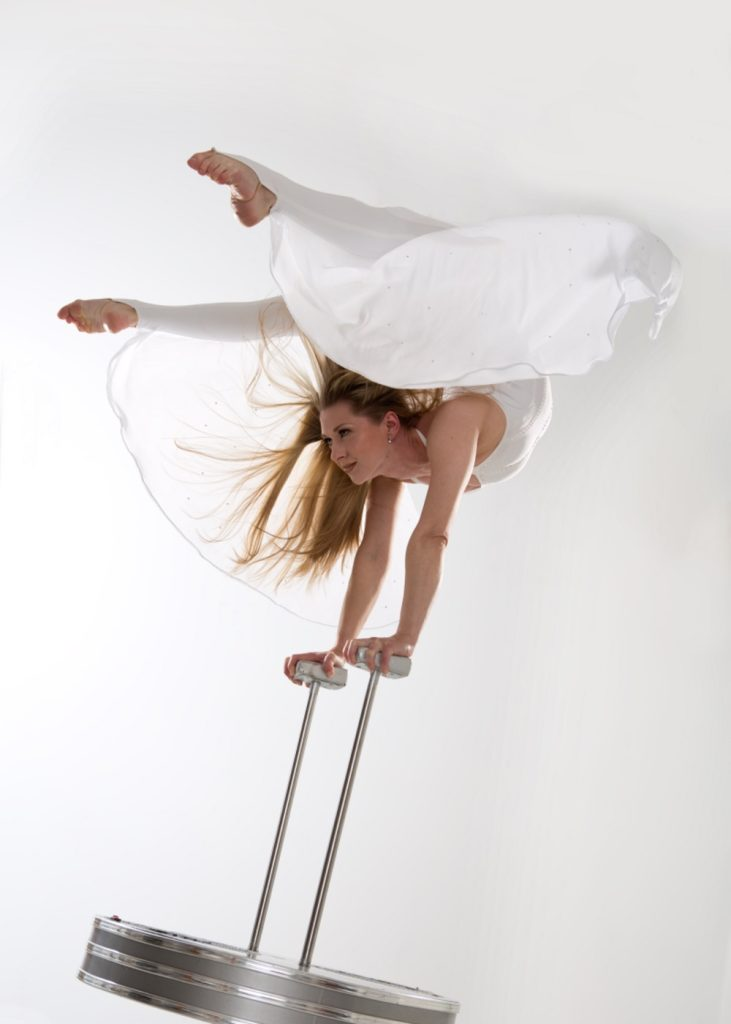 hand_balance_women_circus_performer