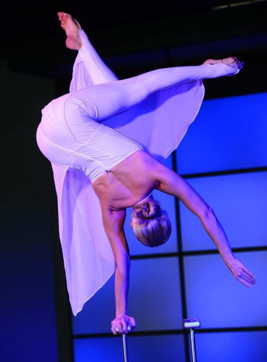 hand-balance-women-circus-performer